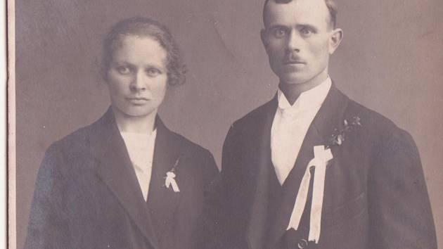 Badatelka narazila i na svatební fotografii manželova pradědečka Aloise Pěšky.