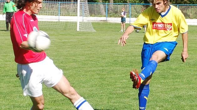 Cenné body pro Bíteš. Žirovničtí fotbalisté (vlevo Petr Weith blokuje odkop Ondřeje Loupa) doma nedokázali využít dvounásobnou přesilovku a tři cenné body přenechali Velké Bíteši.