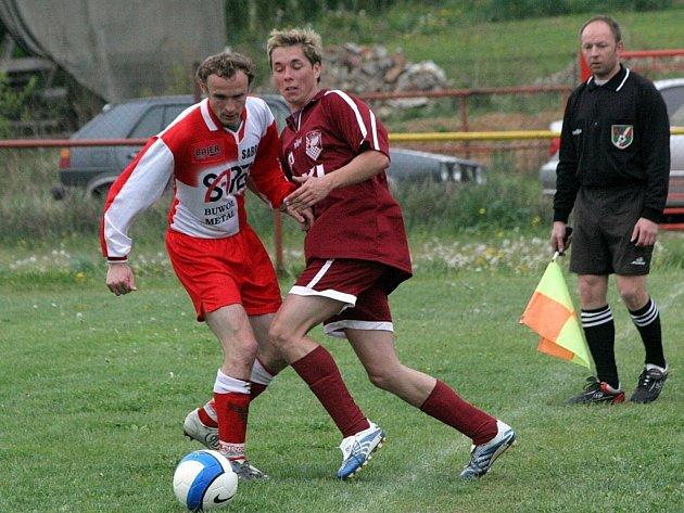 Fotbalisté Dobronína (vpravo Jaroslav Hypeš) musí v Lípě naplno bodovat, jinak si hodně zkomplikují záchranářské práce.