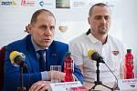 Jednatel HC Dukla Jihlava Bedřich Ščerban (vlevo) musí řešit nepříjemnosti.