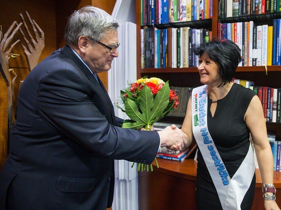 Gratulace hejtmana Kraje Vysočina Jiřího Běhounka porodní asistentce z novoměstské nemocnice Ivaně Lelkesové k získání ceny Nej sestřička roku 2018.