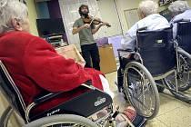 Na invalidních vozících v nemocnicích pacienty přepravují běžně. Třeba i na aktivity, které mají hospitalizované vytrhnout z běžného léčebného pobytu. Na vozících třeba pacienti Nemocnice Jihlava loňský listopad poslouchali houslový koncert.