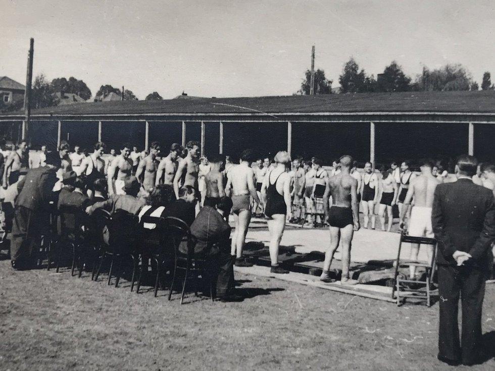 Nástup zápasníků před turnajem na bývalém hřišti SK Jihlava.