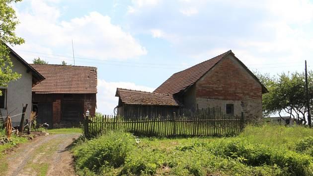 Zlodějský gang se schovával v tomto zchátralém areálu na samotě u Přísečna na Brodsku, členové přespávali v karavanech. Jeden z karavanů je vidět zcela vpravo mezi stromy.