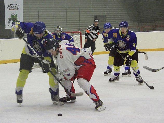 Hokejisté Telče (v bílém) si po senzační výhře nad Strakonicemi dělali zálusk i na bodový zisk v Hluboké nad Jihlavou, která si ale otevření nové haly nakonec užila více než hosté.