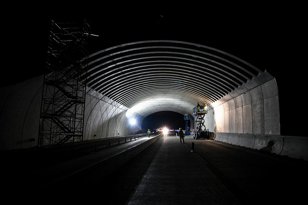 Dělníci pracovali v noci, aby co nejméně omezili dopravu na dálnici D1.