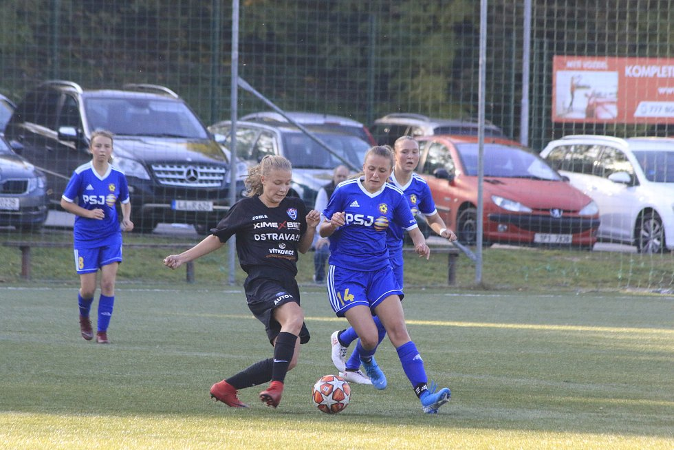 Jihlavské fotbalistky (v modrém) sehrály na umělé trávě Na Stoupách velmi zajímavý mač. Vítkovice po skvělém obratu porazily 7:5.