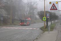 U základní školy Havlíčkova jsou dva přechody. Jedna zebra je označená a zvýrazněná, druhá ale ne. Chodce přecházející frekventovanou ulici řidiči špatně vidí v noci nebo v mlze.