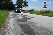 Šestikilometrový úsek z Třeště do Batelova se ještě letos na konci léta dočká rekonstrukce povrchu vozovky.