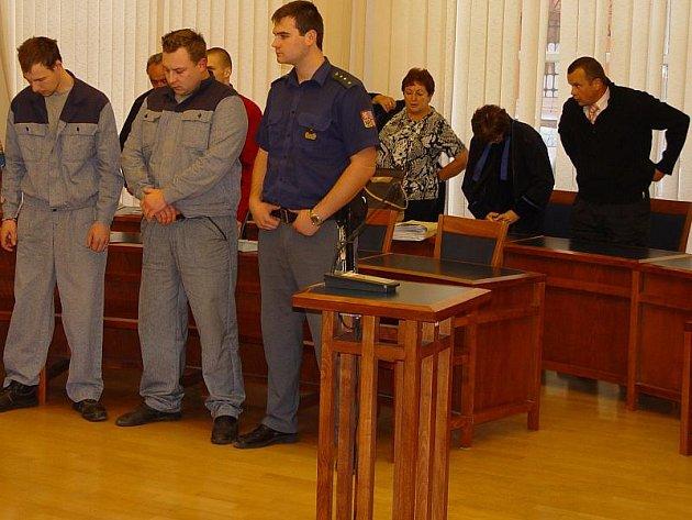 Na levém snímku jsou zleva Jan Hron, Lukáš Launa, Ondřej Hermann (za Launou) a Rostislav Machek (zcela vpravo).