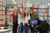 Vánoční speciál. Žáci jihlavské Základní školy Seifertova natáčí další díl do školní televize, který bude k vidění těsně před Vánoci. Lidé ho mohou zhlédnout na kanále Školní Telky na YouTube.