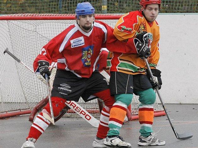 Hokejbalisté Jihlavy (v oranžovém) si doma poradili s Hodonínem a upevnili si první místo v tabulce.