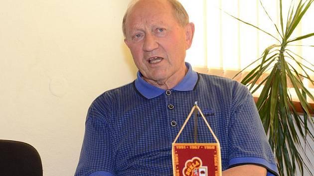 Stanislav Neveselý nedávno oslavil pětasedmdesátiny. V hokeji si však stále udržuje přehled.