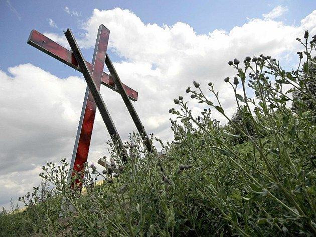 Aktivista Milan Litavský, jenž na památku českým Němcům postavil na Budínce železný kříž (na snímku), je přesvědčen o tom, že vzorky DNA budou shodné a verze o vraždě německých občanů se nakonec potvrdí.