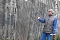 Norci jsou na kožešinové farmě v Dolní Cerekvi chovaní v klecích. Majitel farmy Petr Hanzal ukazuje, kudy mu zřejmě aktivisté z ALF do farmy vlezly. Tam také nechali vzkaz.
