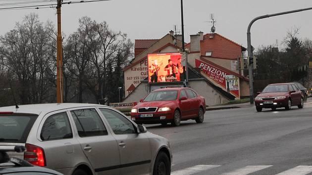 Jedna z diskutovaných světelných reklam visí na soukromém pozemku poblíž centra City Park.