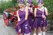 Mažoretky z Batelova otevřely pestrým pásmem pro tři věkové kategorie v Hodicích v sobotu 11. ročník Setkání dechových hudeb.