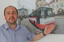Radim Rovner u snímku autobusu, který vypadá po důkladné renovaci jako nový.