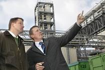 Ministr životního prostředí Martin Bursík (vlevo) si prošel jihlavský závod Kronospan.