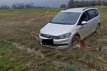 Šestačtyřicetiletý muž skončil se svým autem v poli. Měl přes tři promile alkoholu.