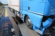 Nehoda dvou nákladních aut zablokovala dálnici D1 na 113. kilometru ve čtvrtek odpoledne ve směru na Brno. Průjezdná byla opět až v pátek kolem půl třetí ráno.