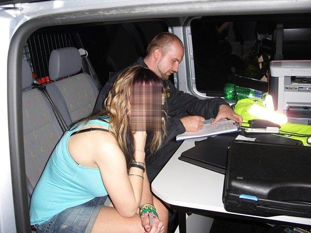 Policie při pravidelných kontrolách v restauracích, barech a klubech objeví mladistvé, kteří pili alkohol.