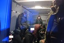 Ve voze bylo čtyřiadvacet osob, které nedokázali prokázat svou totožnost.