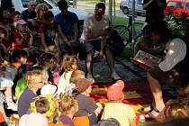 Matěj Kolář četl dětem v Polné už v květnu 2011, tehdy jim představil knihu Zdeňka Svěráka s názvem Jaké je to asi v Čudu. Letos dětem přiblíží knihu Evy Papouškové Kosprd a telecí.