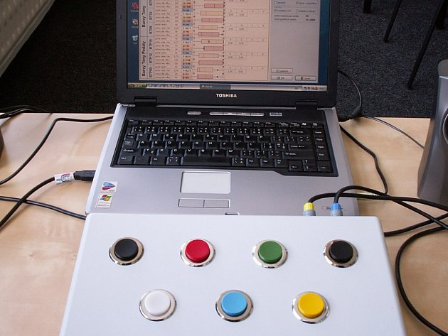 Přístroj s počítačem, na němž vybodovaní řidiči dělají psychotesty.