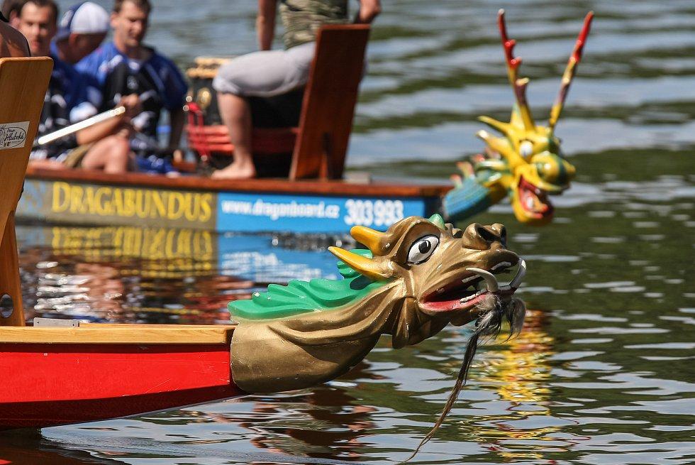 Závody dračích lodí na rybníku Roštejn.
