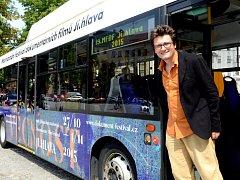 Ředitel festivalu dokumentárních filmů představil nový trolejbus.