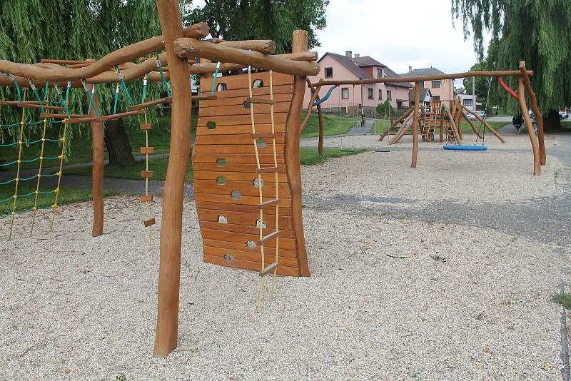 Děti mají k dispozici nové hřiště.