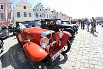 Sto šest let starý italský automobil Bianchi, šedesátku dobových kostýmů i francouzskou stíhačku Saulnier z první světové mohli obdivovat návštěvníci čtvrtého ročníku Veterán revue v sobotu v Telči na Jihlavsku.