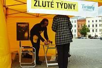 Preventivní vakcinační kampaň proti hepatitidám typu A a B navštívila Jihlavu. Pracovníci ve žlutém stanu budou podávat zájemcům informace o zdrojích, příznacích, a následcích žloutenky.
