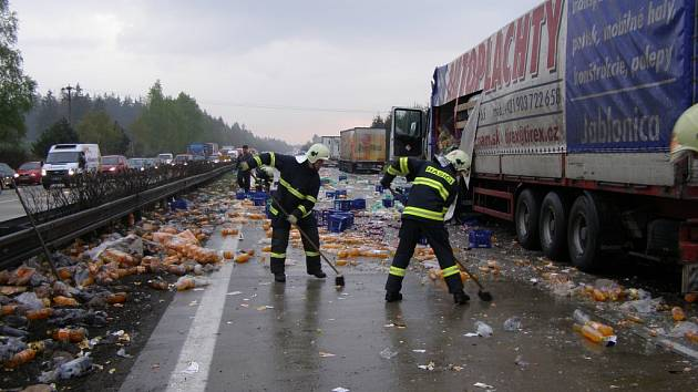 Nehoda kamionů na dálnici D1 způsobila vysypání nákladu limonád, který zablokoval provoz na hlavní tepně.