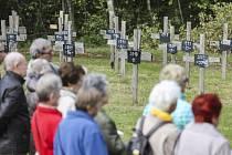 Pieta. Několik desítek lidí se v neděli sešlo na tradičním pietním aktu u Památníku D1 v Jihlavě-Pávově. Na symbolickém hřbitově obětí nehod na nejfrekventovanější české dálnici D1 přibyl další kříž za dvacet lidí, kteří na D1 loni zahynuli.