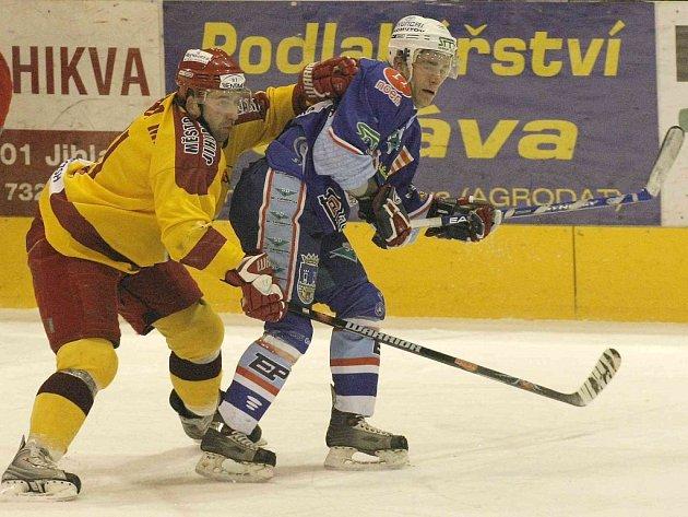 Jihlavský útočník Martin Krupka (vlevo na snímku ze souboje s Chomutovem) ve středu berounského brankáře Jarinu nešetřil. Do střelecké listiny se zapsal hned třikrát.
