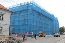 Pod lešením. Základní škola v Křížové ulici v Jihlavě je nyní obložená lešením. Den před začátkem výuky by už ale dělníci měli lešení z přední části budovy sundat.