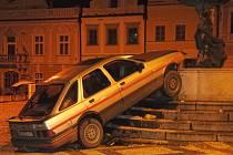 To dokáže málokdo. Na náměstí v Havlíčkově Brodě se někdo uprostřed roku snažil projet autem kašnou. Jenže ta tu stojí staletí, a hned tak ji něco nerozhází.