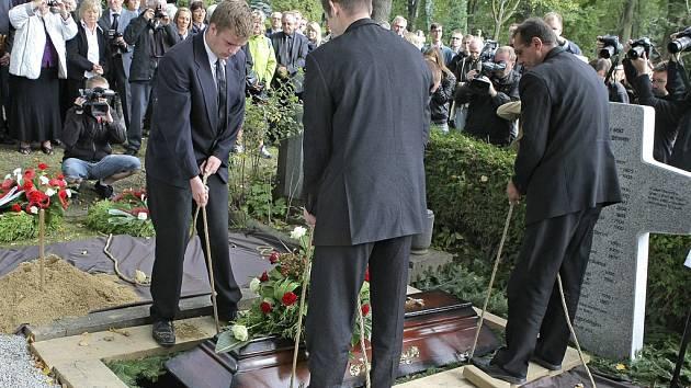 Po dvouhodinové mši se smuteční hosté v září 2012 přesunuli ke hrobu s mohutným žulovým křížem se jmény všech ubitých sedláků českých Němců.