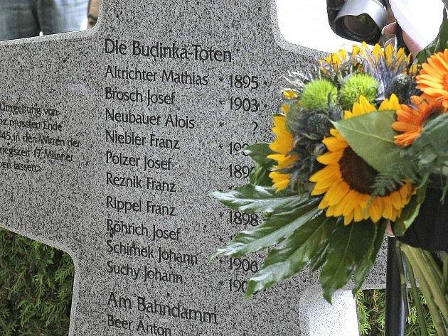 Kosterní ostatky nalezené v letech 2010 a 2011 na louce Budínka a U Viaduktu v Dobroníně na Jihlavsku byly loni 15. září uloženy zpět do země. Na ústředním hřbitově v Jihlavě je pohřbili za účasti médií pozůstalí z Německa.