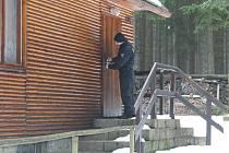 Mnoho chat majitelé na podzim zamykají klidně i na půl roku. Jestli je vše v pořádku kontrolují v zimě i policisté.