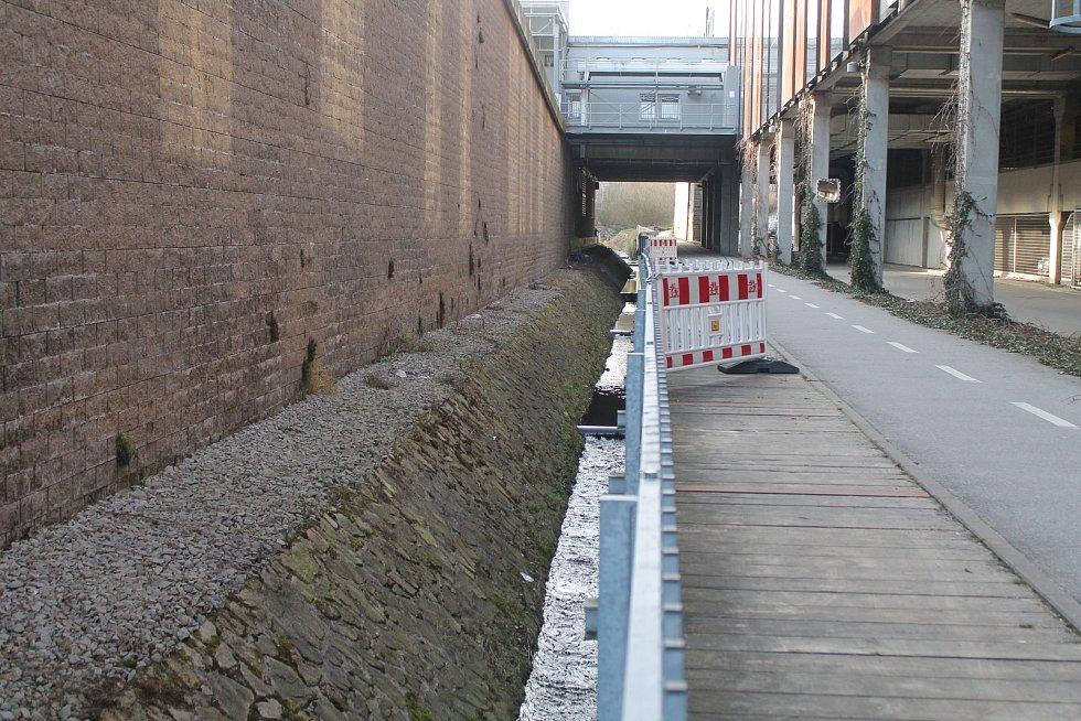 Chodci za City Parkem od loňska museli chodit po cyklostezce.