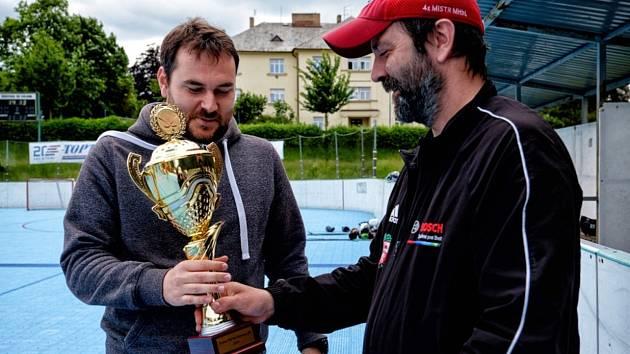 Kapitán SK Petr Král přebírá pohár pro vítěze.