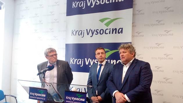 Hejtman Jíří Běhounek (vlevo) ocenil, že ministr dopravy Vladimír Kremlík (uprostřed) přijel i se sedmi spolupracovníky. S novináři hovořil i ředitel provozního úseku ŘSD František Sedláček (vpravo).