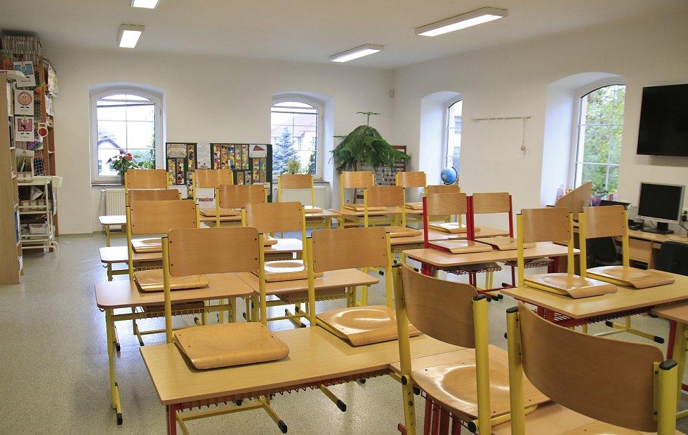 Základní škola ve Skuhrově.