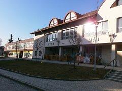 V oknech nad restaurací a kinem nyní sídlí městská knihovna.
