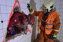 Zásah. Hasiči vyprošťovali z výkopu oběť výbuchu, v budově hledali přeživší s pomocí psů.