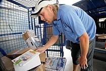 Do poštovních aut se balíky nakládají před třetí hodinou odpoledne. Přibližně za hodinu už míří k adresátům. Pošťáci je rozváží až do sedmi hodin večer.