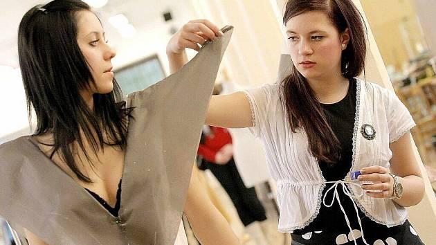 Agáta Molčanová, která šaty pro miss navrhla, představuje jejich polotovar.